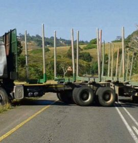 Kranskop and Greytown farmers unable to move products as locals blockade R74
