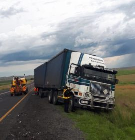 Truck and 2 cars collide on the N3, Warden