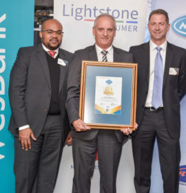 Ernie Trautmann, Vice President of Hino SA, received the NADA Dealer Satisfaction Index Gold Award for commercial vehicles on behalf of his company at the recent announcement of the 2016 NADA dealer satisfaction survey. He is flanked by Simphiwe Nghona (left), the Executive Head of the Motor Division of Wesbank, and Bruce Allen, the National Chairman of NADA.