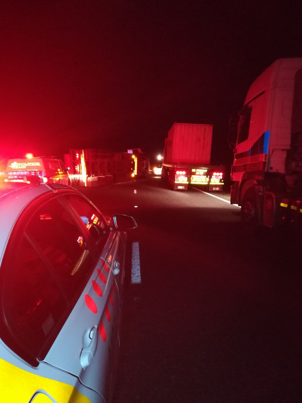 Truck rollover in early hours blocks both lanes on N3 past the Lions