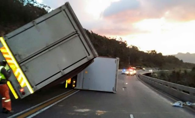Drive with Caution in Strong Wind – Especially if you are behind the steering wheel of a Truck!