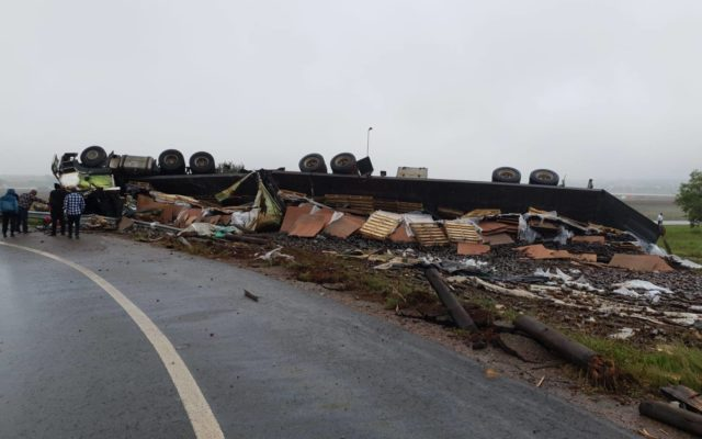 One injured in truck rollover at Kempton Park