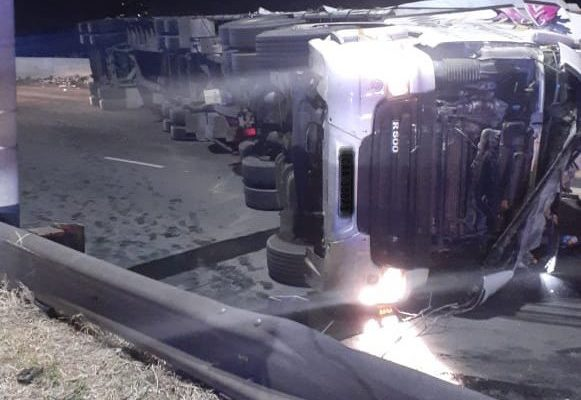 Two injured in truck rollover at Empire, Johannesburg