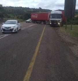 Traffic delays after truck gets stuck on the R71 Magoebaskloof road