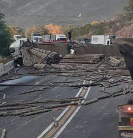 Traffic disruption after truck rollover at Kranspoort pass